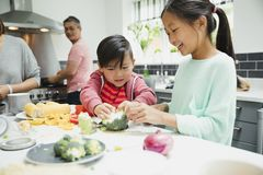 Crianças que ajudam a preparar o jantar foto de stock royalty free