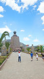 Crianças que andam ao monumento ao meio do mundo próximo da cidade de Quito Fotografia de Stock Royalty Free