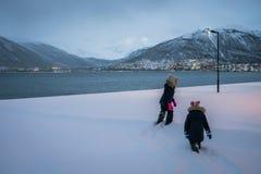 Crianças que andam em uma neve profunda foto de stock royalty free