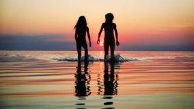 Crianças que andam pelo mar vídeos de arquivo