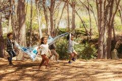 Crianças que apreciam junto no parque fotos de stock