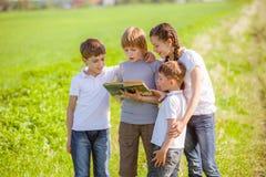 Crianças que apreciam a leitura Foto de Stock Royalty Free