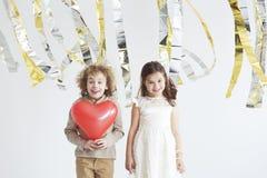 Crianças que apreciam o dia do ` s do Valentim foto de stock royalty free