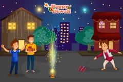 Crianças que apreciam o foguete que comemora o festival de Diwali da Índia