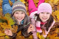 Crianças que apreciam o outono imagem de stock