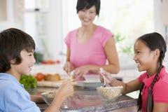 Crianças que apreciam o pequeno almoço Foto de Stock
