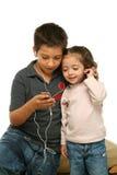 Crianças que apreciam um jogador mp4 Fotografia de Stock Royalty Free