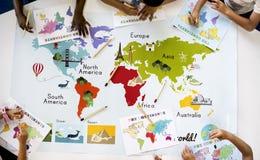 Crianças que aprendem o mapa do mundo com o oceano Geograph dos países dos continentes imagem de stock royalty free
