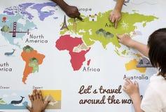 Crianças que aprendem o mapa do mundo com o oceano Geograph dos países dos continentes Imagem de Stock