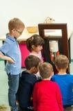 Crianças que aprendem sobre plantas e óleos em uma oficina Foto de Stock Royalty Free