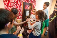 Crianças que aprendem sobre plantas e óleos em uma oficina Fotos de Stock Royalty Free