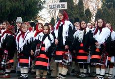 Crianças que cantam canções de natal em uma competição anual imagem de stock