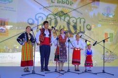 Crianças que cantam na fase de Rozhen, Bulgária Fotos de Stock