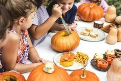 Crianças que cinzelam o ` do jaque-o de Dia das Bruxas - lanternas foto de stock
