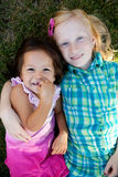 Crianças que colocam na grama fora Imagem de Stock