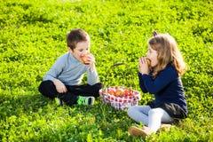 Crianças que comem frutos foto de stock royalty free