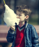 Crianças que comem o algodão doce Foto de Stock Royalty Free