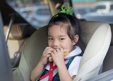 Crianças que comem o café da manhã antes da escola imagem de stock royalty free