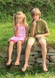 Crianças que comem o gelado Fotografia de Stock Royalty Free