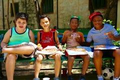 Crianças que comem a pizza, Cuba Imagens de Stock Royalty Free