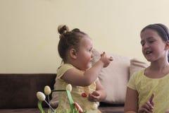 Crianças que comemoram a Páscoa em casa fotos de stock