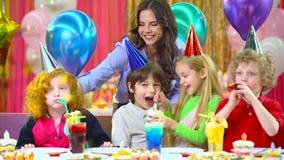 Crianças que comemoram seu aniversário com mãe e diabos no café vídeos de arquivo