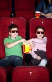 Crianças que compartilham da pipoca foto de stock royalty free
