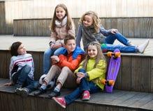 Crianças que compartilham de segredos como falando Imagem de Stock