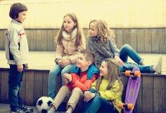 Crianças que compartilham de segredos como falando Fotos de Stock Royalty Free