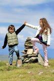 Crianças que conquistam a montanha foto de stock royalty free