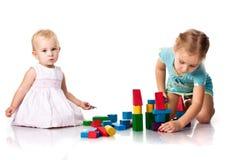 Crianças que constroem um castelo foto de stock royalty free