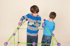 Crianças que constroem um forte e uma partilha Fotografia de Stock Royalty Free