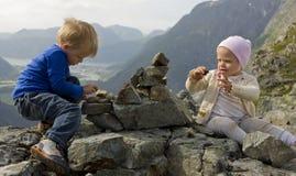 Crianças que constroem um monte de pedras Imagens de Stock