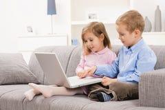 Crianças que consultam o Internet imagens de stock royalty free