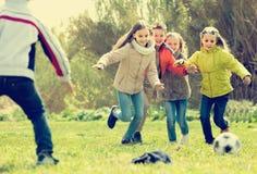 Crianças que correm após a bola Fotos de Stock
