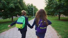Crianças que correm com os sacos de escola filme