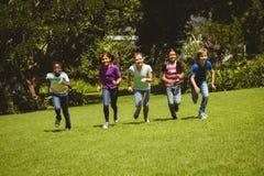 Crianças que correm no parque foto de stock royalty free