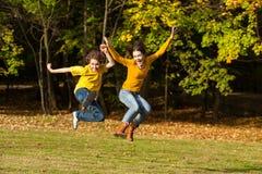 Crianças que correm, salto exterior foto de stock royalty free
