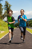 Crianças que correm, salto exterior Fotos de Stock Royalty Free