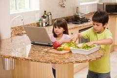 Crianças que cozinham na cozinha Fotografia de Stock Royalty Free
