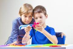 Crianças que criam com a pena da impressão 3D Fotos de Stock Royalty Free