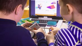 Crianças que criam robôs na escola, educação da haste Desenvolvimento adiantado, diy, inovação, conceito moderno da tecnologia
