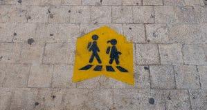 Crianças que cruzam o sinal fotografia de stock royalty free