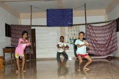 Crianças que dançam no estágio para a classe Foto de Stock