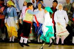 Crianças que dançam uma dança típica Imagens de Stock Royalty Free