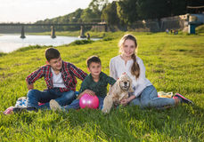 Crianças que descansam na grama no parque Fotografia de Stock