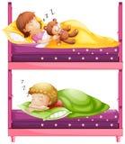 Crianças que dormem bunkbed dentro na noite Imagens de Stock