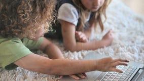 Crianças que encontram-se no tapete video estoque