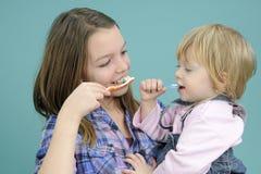 Crianças que escovam os dentes imagens de stock