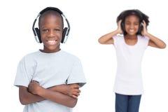 Crianças que escutam a música com fones de ouvido Fotografia de Stock